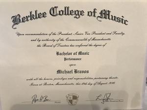 Ιδιαίτερα Μουσικής και Κιθάρας - Απόφοιτος Berklee